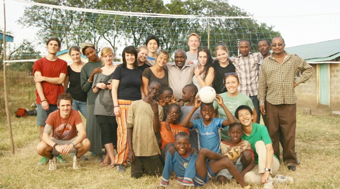 チャイルドケアボランティアとバレーボールを楽しむケニアの子供たち